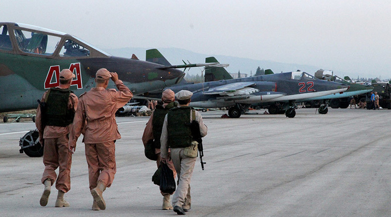 Einer der Su-24-Piloten lebend von syrischer Armee geborgen und bereits zurück im Stützpunkt