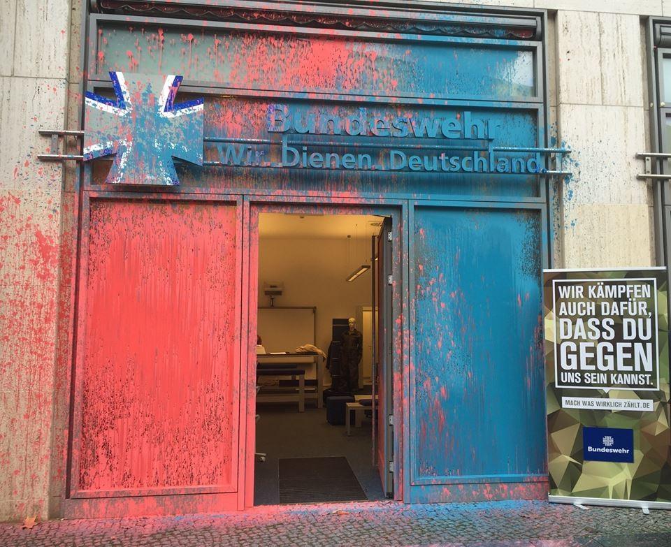 Showroom der Bundeswehr in Berlin am vergangenen Montag. Quelle: https://www.facebook.com/Bundeswehr/photos/a.234673006597299.61167.122840837780517/1024018674329391/?type=3&theater