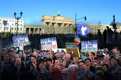 Schilder bei den heiß diskutierten Mahnwachen für den Frieden 2014