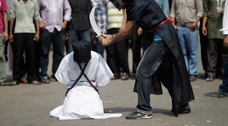 Aktivisten von Amnesty International stellen eine saudische Hinrichtung nach, um dagegen zu protestieren.