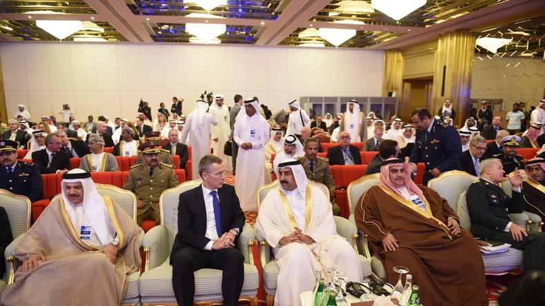 Suchen das Gespräch nicht nur mit Dschihadisten. Der Verteidigungsminister Katars, Generalmajor Hamad bin Ali Al-Attiyah, plaudert mit NATO-Generalsekretär Stoltenberg
