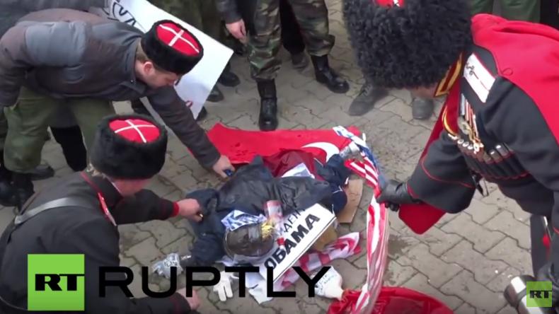 Russland: Kosaken verbrennen aus Protest über Su24-Abschuss Bildnisse von Erdogan und Obama