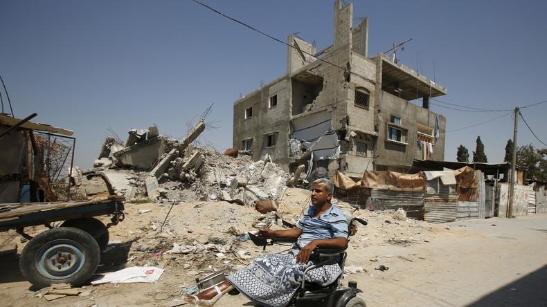 Der palästinensische Mathelehrer Wahdan fährt mit seinem motorisierten Rollstuhl an den Ruinen seines Hauses vorbei, dass im Juli 2014 von israelischen Bomben zerstört wurde. Wahdan verlor im Zuge der israelischen Angriffe 11 Familienmitglieder, seine Ehefrau und sein linkes Bein.