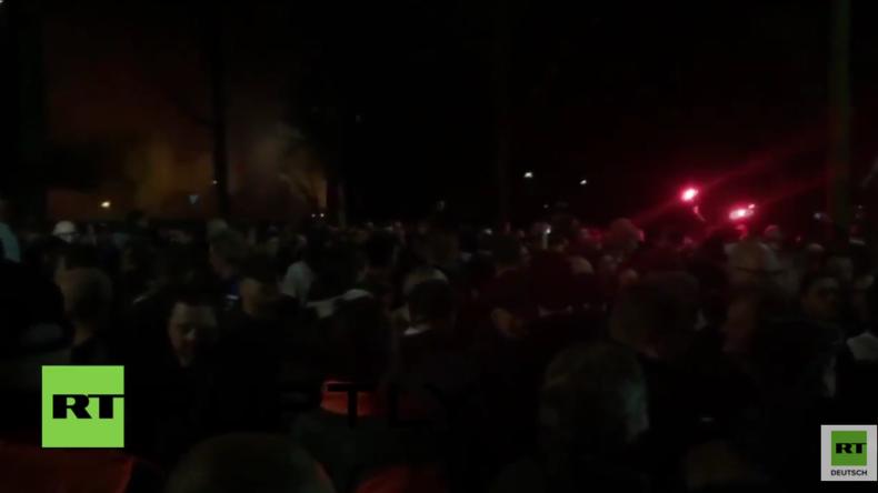 Holland: Die Stimmung kippt - Warnschüsse und Verhaftungen nach Flüchtlingsgegner-Sturm auf Rathaus