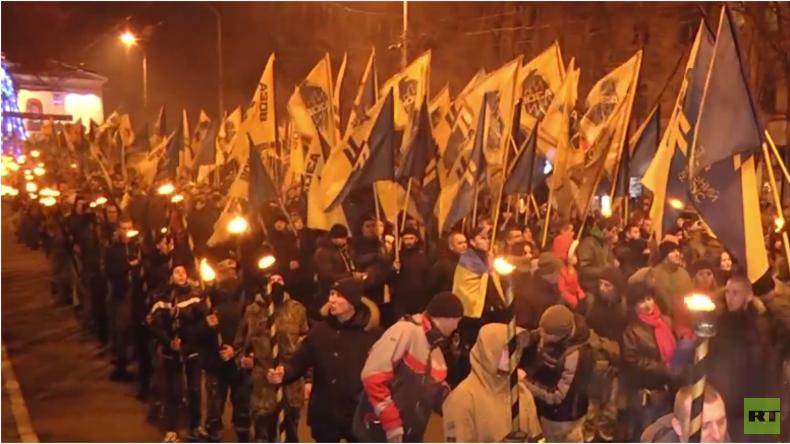 Ukraine: Ultra-rechte Nationalisten bei Fackelumzug in Mariupol