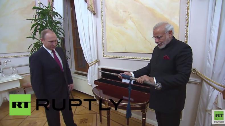 Russland: Putin überreicht indischem Premierminister Modi Geschenke
