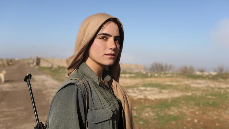 Eine kurdische Kämpferin in der Nähe eines Checkpoints in Sinjar, März 2015. Viele Frauen haben die Verbindung zu ihren Familien abgebrochen.