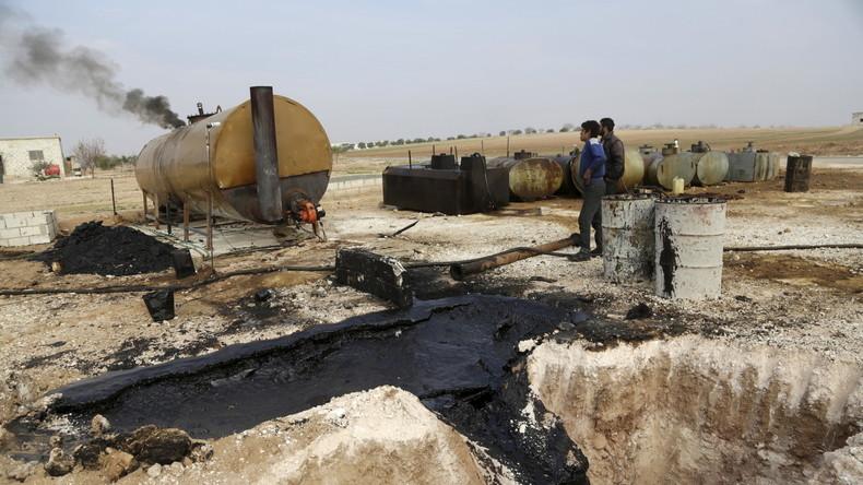Arbeiter auf einer improvisierten und vom IS-kontrollierten Öl-Raffinerie in  Marchmarin  im Süden von Idlib, Syrien.