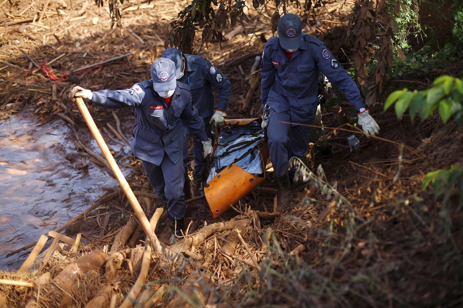 Rettungsmannschaften bergen nach dem Dammbruch der Eisenerzmine einen Toten