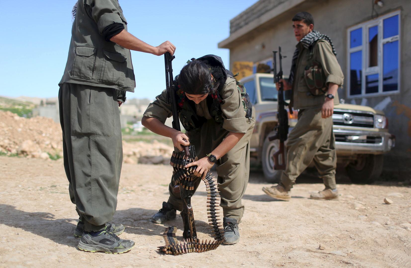 Kurdische Kämpferinnen setzten ein Maschinengewehr zusammen. In der Nähe wurde ein Checkpoint von Autobomben der Terrormiliz IS angegriffen.