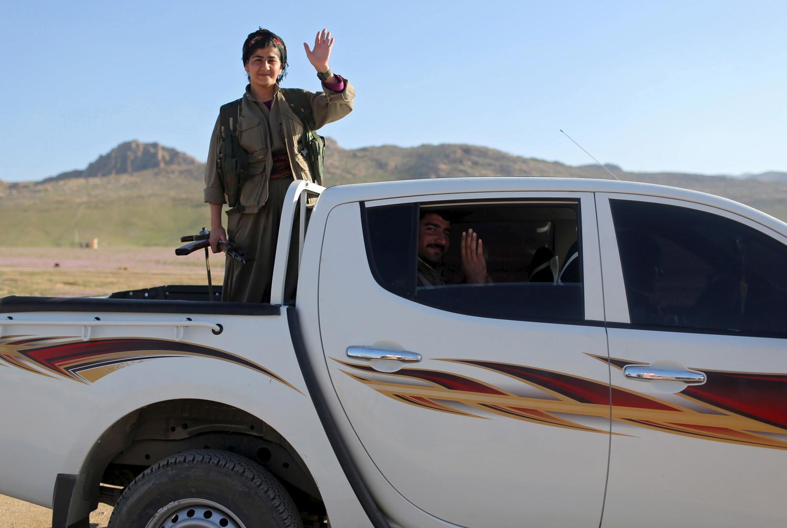 Eine PKK-Kämpferin verabschiedet sich als sie zu einem anderen Stützpunkt abreist, Sinjar, März 2015.