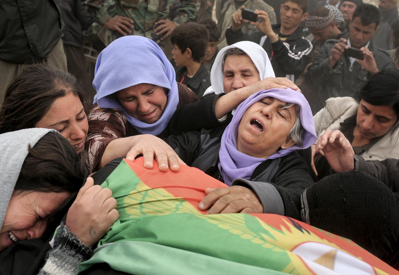 """Die Mutter eines jazidischen Kämpfers (2. von rechts) beklagt den Verlust ihres Sohnes, der in Kämpfen mit dem """"Islamischen Staat"""" gefallen ist, während der Beerdigung auf dem Friedhof von Sinjar."""