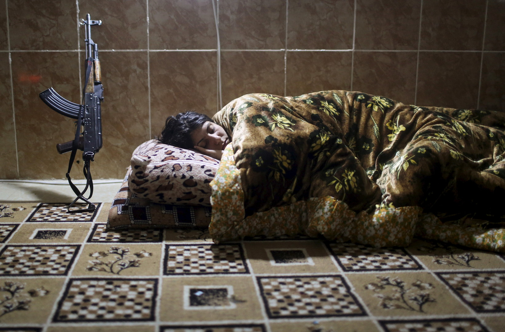 Eine Kämpferin schläft während ihrer Pause in einem Gebäude in Sinjar.