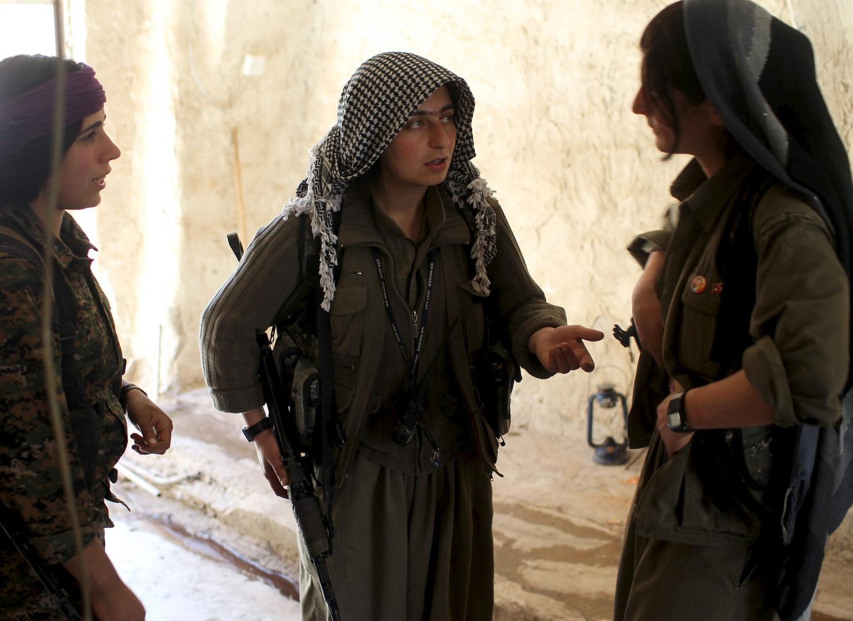 Eine Kämpferin verabschiedet sich vor der Abreise in eine andere Basis von ihren Kameradinnen.