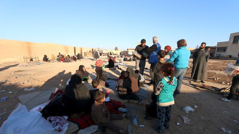 reiwillige aus einer einer kurdischen NGO verteilen Lebensmittel an Flüchtlinge, die aus den umkämpften Regionen um die Städte Ar-Raqqa und Deir al-Zor fliehen. Al-Mabroukeh, 28. Dezember 2015