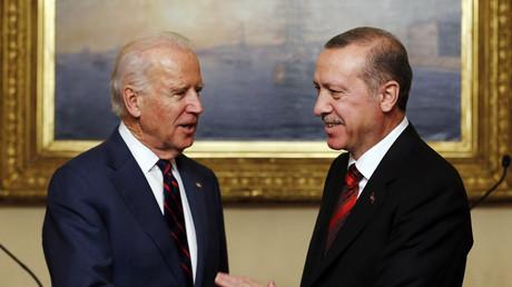 Beschuldigte die Türkei ebenfalls schon den IS zu unterstützen. US-Vizepräsident Joe Biden mit dem türkischen Präsidenten Erdogan