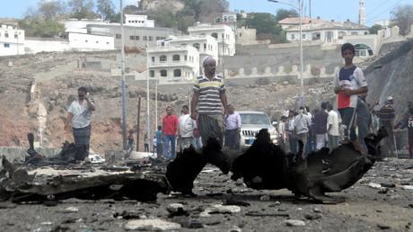 Jemeniten am Tatort eines Selbstmordanschlags auf einen Gouverneur im Südjemen am 6. Dezember
