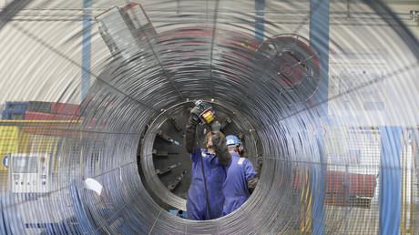Arbeiter an einer Röhre für die North-Stream-Pipeline in Sassnitz im Mai 2011.