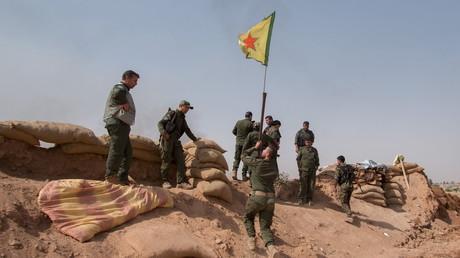 Kurdische Selbstverteidigungskräfte hissen die YPG-Flagge, nachdem sie das Dorf Tel al-Aghbish vom