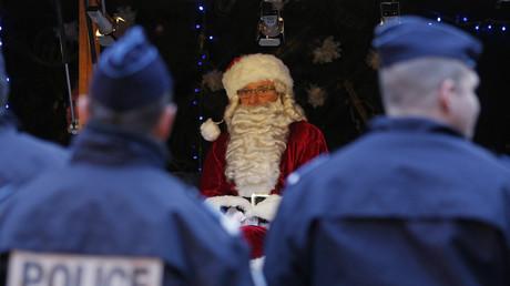 Bewaffneter Islamist? Französische Polizisten überwachen einen Weihnachtsmann in Strasbourg im November 2015.