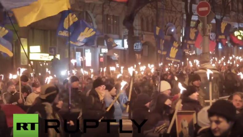 Ukraine: Tausende ehren Stepan Bandera mit Fackelmarsch durch Kiew