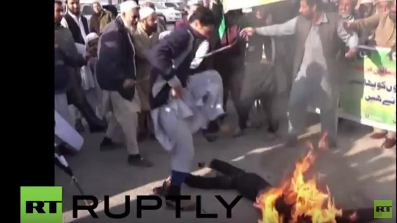 Pakistan: Symphatisanten Saudi-Arabiens verbrennen Puppen, die iranische Führer darstellen sollen