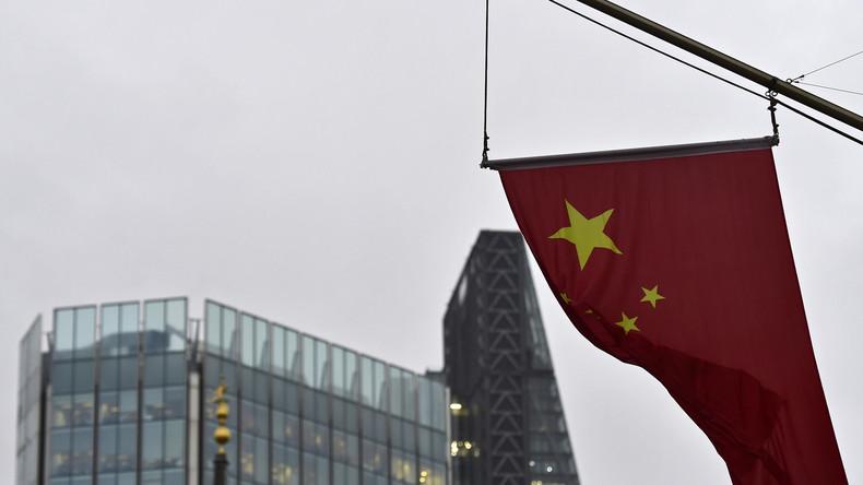 Die chinesische Flagge vor der Bank of China