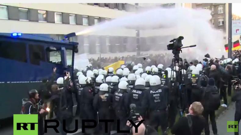 Zusammenstöße mit Polizei bei Pegida-Demo in Köln - Wasserwerfer und Tränengas im Einsatz