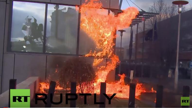 Kosovo: Demonstranten setzen Regierungsgebäude in Brand und attackieren Polizisten
