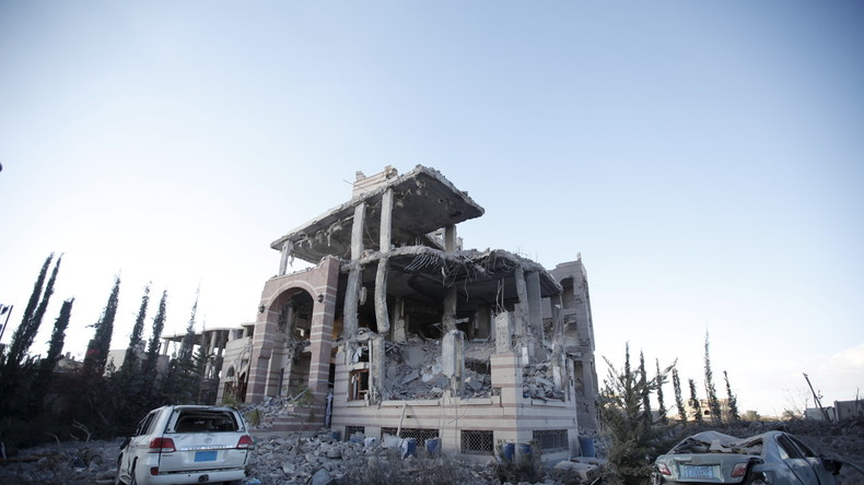 Zerstörtes Gebäude nach den Bomenangriffen in Sanaa nach dem von Saudi-Arabien durchgeführten Luftangriffen am 8. Januar 2016.
