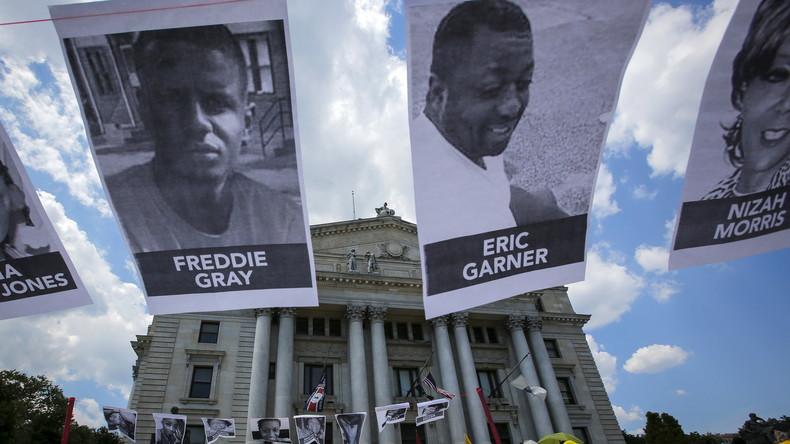 Demonstranten protestieren gegen die Ermordung von Eric Garner und Freddy Gray