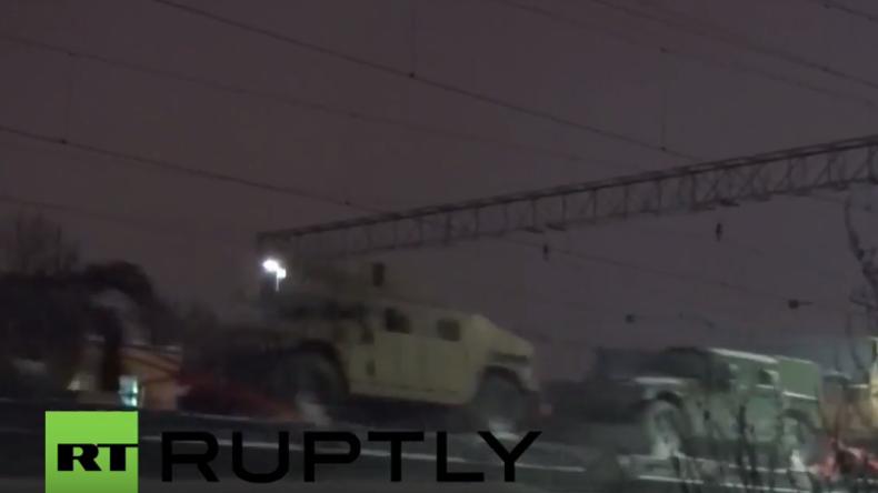 Lettland: Zug voll gepanzerter Fahrzeuge der US-Armee fährt über Riga