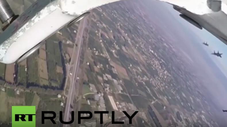 Syrien: Russische Jets von syrischer Luftwaffe in erster gemeinsamer Anti-IS-Operation gefilmt