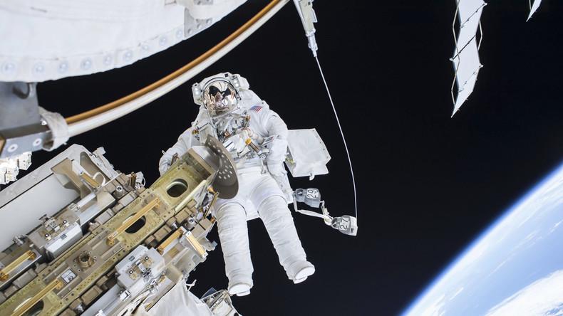 ISS-Ingenieur Tim Kopra von der Expedition 46 beim Weltraumspaziergang am 21. Dezember 2015.