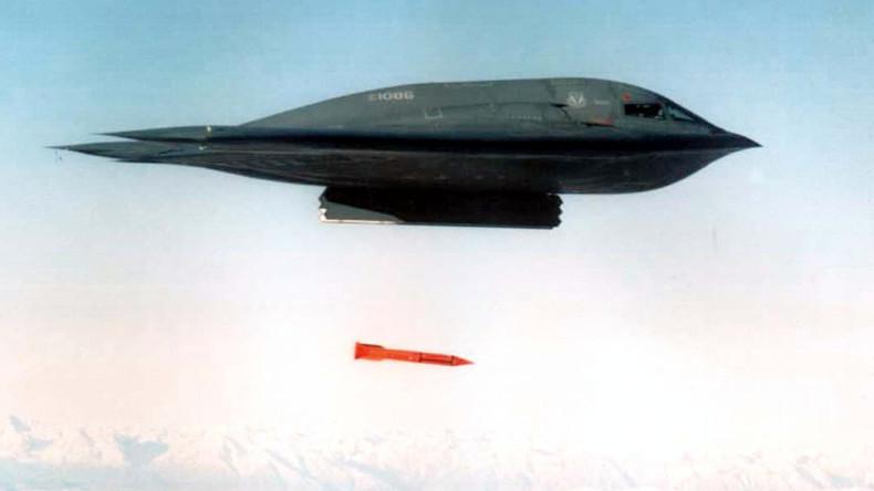 Vollkommen veraltet: Ein B-2-Bomber wirft eine B61-11 Bombe zu Übungszwecken ab, Whiteman Air Force Base, Missouri, 1998.