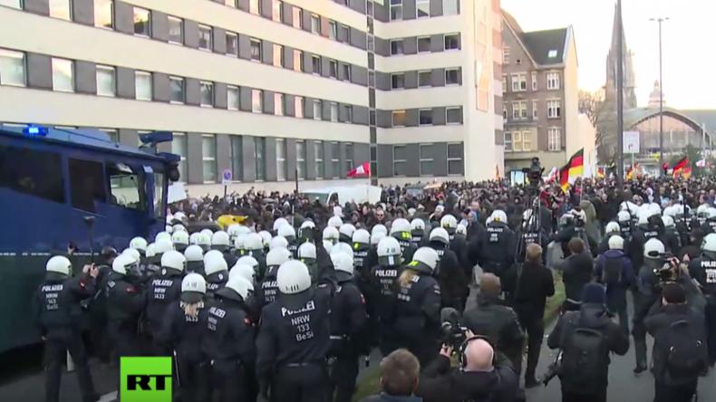 Ausschnitt von der Pegida-Demonstration in Köln als die Lage eskaliert