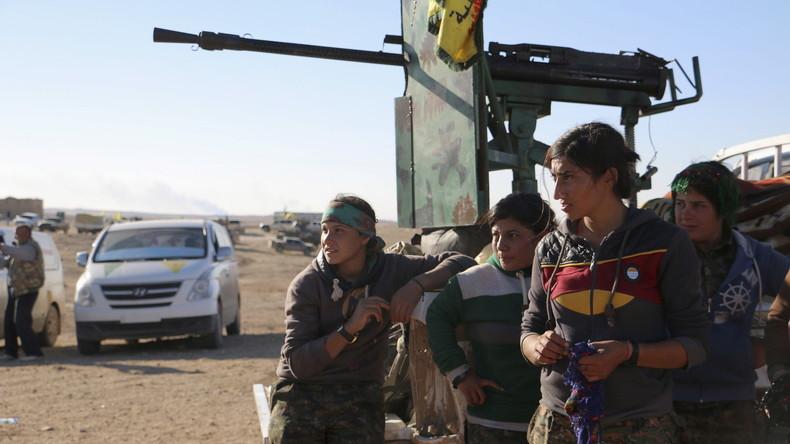 Kurdische Kämpferinnen der YPG in der Nähe von Houl in der Provinz Hasaka, November 2015.