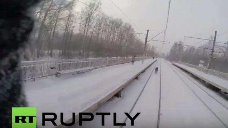 Russland: Adrenalin-Junkie lässt sich von S-Bahn auf Skiern ziehen und stürzt
