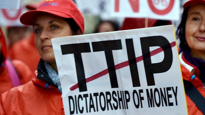 """Verbraucherschützer demonstrieren am 17. Oktober in Brüssel. Sie halten das  Transatlantic Trade and Investment Partnership (TTIP) für eine """"Diktatur des Geldes""""."""