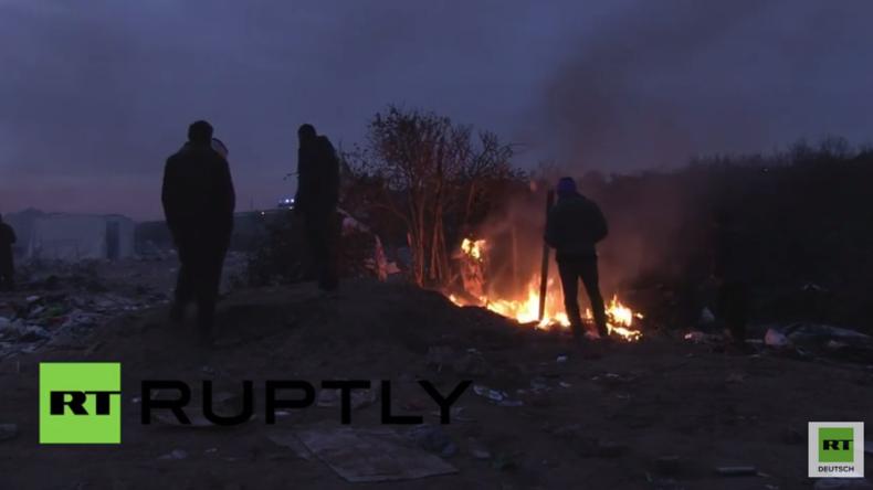 Flüchtlinge verbrennen ihre wenigen Habseligkeiten nach Zerstörung ihres Camps in Calais