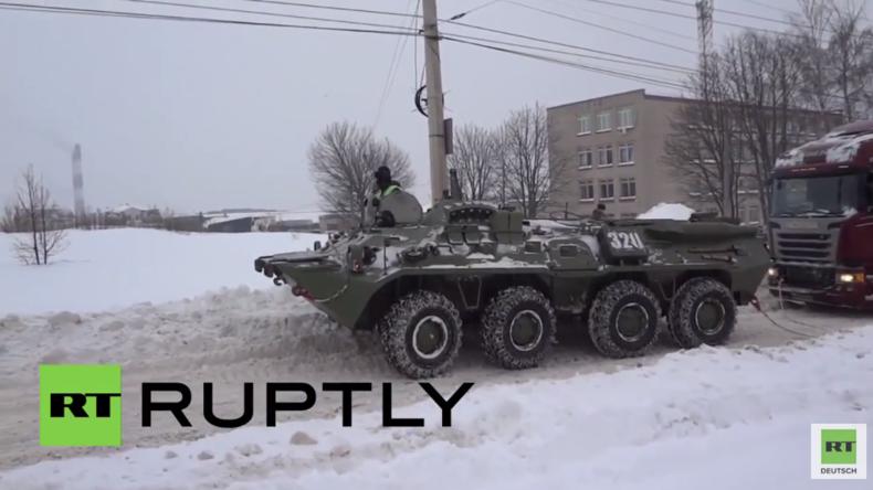 """""""ADAC"""" in Russland: Sowjetischer Schützenpanzerwagen BTR-80 rettet festgefahrenen LKW"""