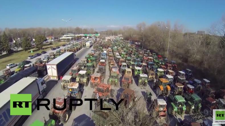 Neue Reformen in Griechenland: Wütende Bauern blockieren mit ihren Traktoren die Grenze zu Bulgarien