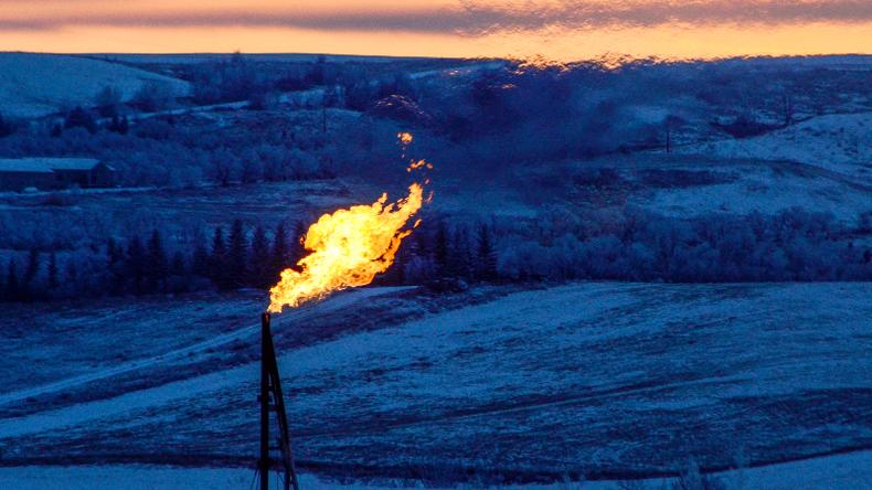 Jens Berger im RT Deutsch-Interview: Ölpreis im freien Fall – Wer profitiert?