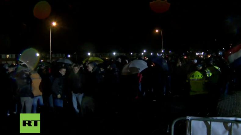 Live: Hunderte protestieren gegen Ankunft von Flüchtlingen im niederländischen Geldermalsen