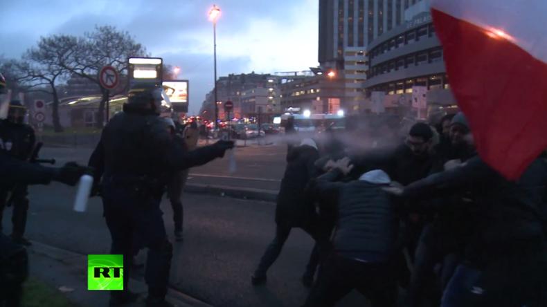 Taxifahrer gegen Polizisten: Heftige Zusammenstöße bei Anti-Uber-Protest in Paris