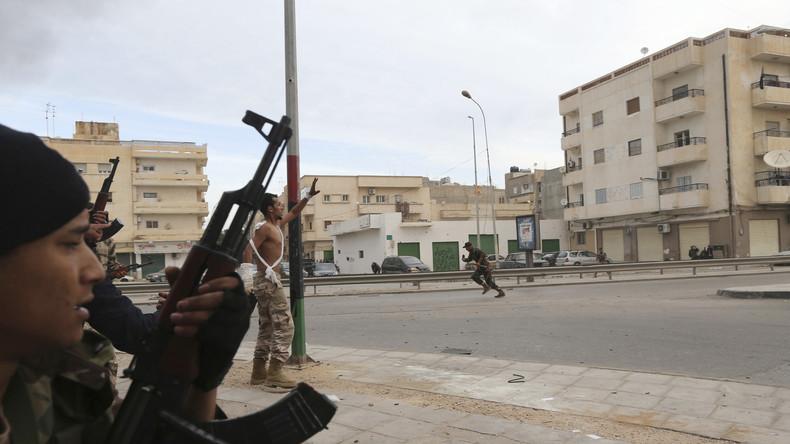 """Mitglieder der angeblich """"regulären libyschen Armee"""" bei Kämpfen mit islamistischen Milizen in Benghasi, November 2013."""