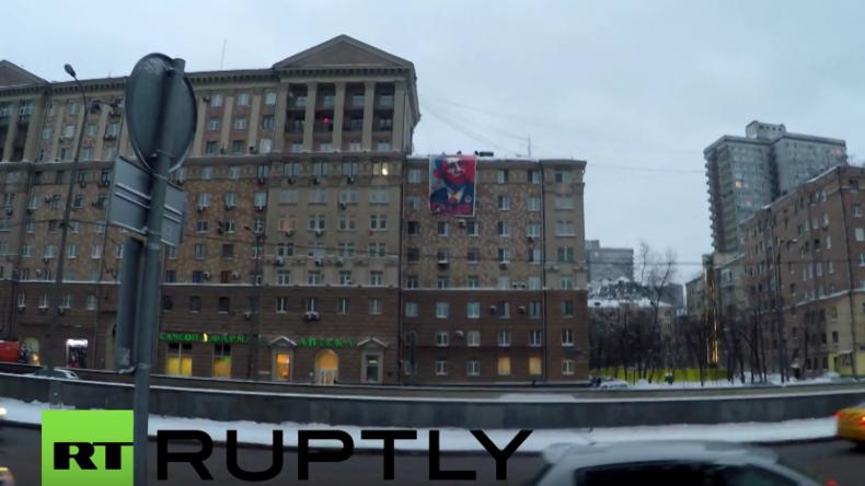 """""""Mörder!"""" - Aktivisten hängen Anti-Obama-Banner gegenüber der US-Botschaft in Moskau auf"""