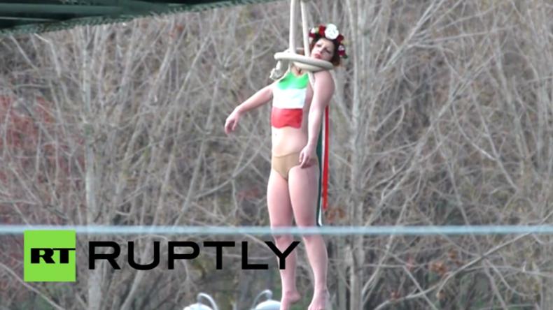 """Barbusige Femen-Aktivistin """"erhängt"""" sich an Pariser Brücke aus Protest gegen Rouhani-Besuch"""