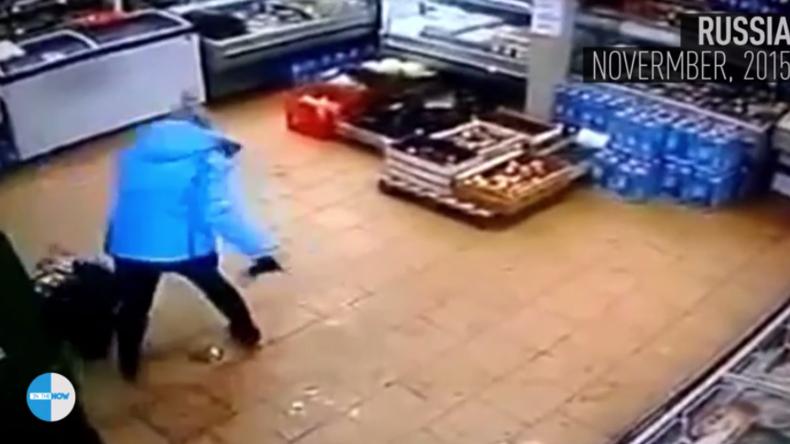Nichts für schwache Nerven! Mutter verprügelt ihr Kind in aller Öffentlichkeit