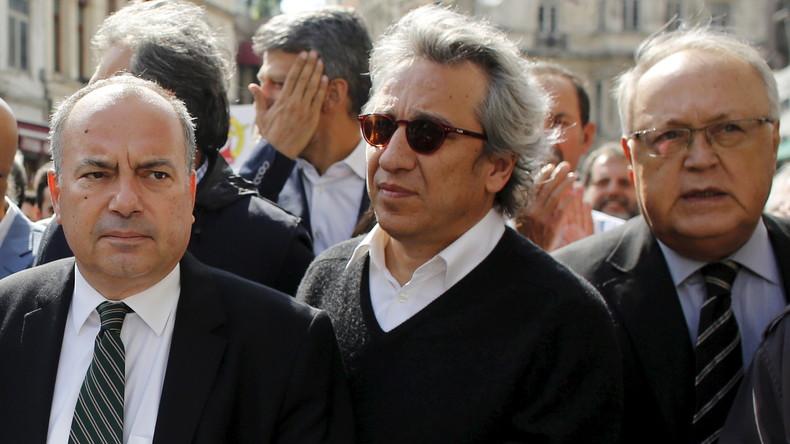 Can Dündar (m.) bei einer Demonstration für Pressefreiheit in der Türkei